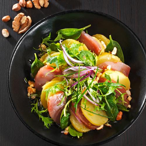 Salade de rougets poêlés, asperges et tulles de noisettes